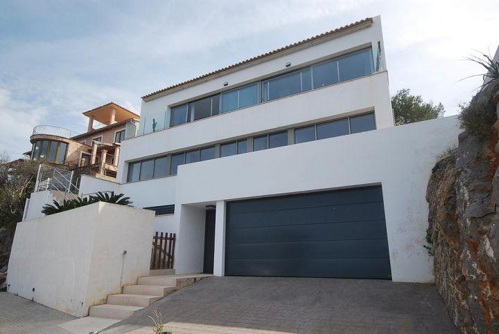 schöne terrasse und großer garage im weißen luxus haus – weiß als, Moderne deko